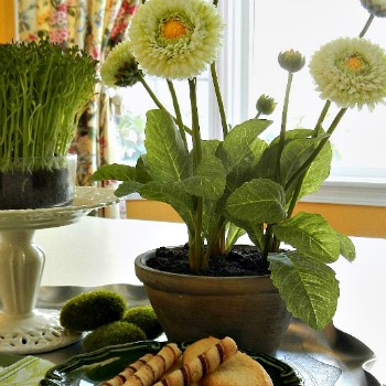 5 Steps to a Quick and Easy Simple Spring Vignette in Greens - AnExtraordinaryDay.net